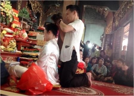 Le médium est toujours accompagné par deux ou trois assistants chargés de l'aider à effectuer les rituels et changer de costume.