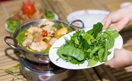 Bouillon-aigre-doux-au-poulet-et-aux-feuilles-giang