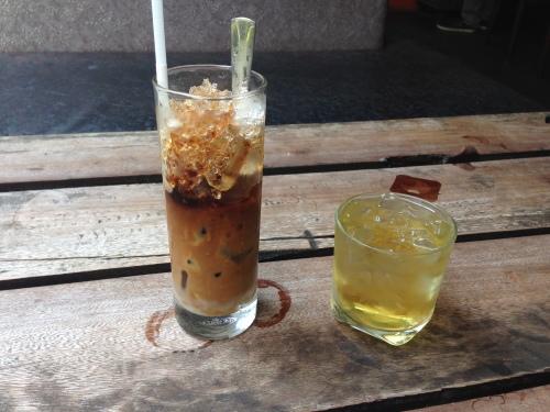 Nulle part ailleurs qu'on est servi avec un café en parallèle avec un verre de thé glacé comme ici, une culture unique à elle.