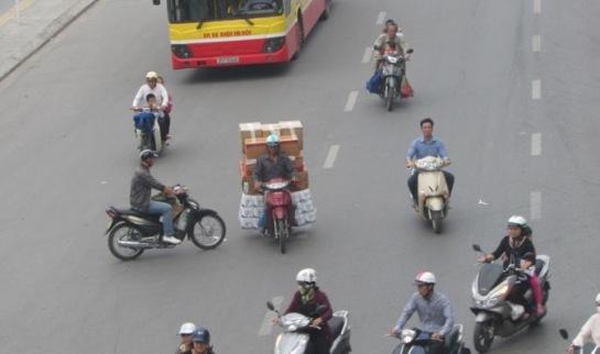 Les deux roues et plutôt les motos, véhicule omniprésente, qui circulent d'un rythme incroyable pourraient vous choquer à première vue.