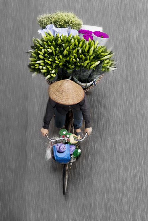 Une attente coûtant des heures sur un pont pour profiter des clichés des vendeurs passant la rue, ce n'est pas rare pour Loes Heerink, une photographe hollandaise. Les fruits d'une telle patience, vont entre autre, sortir dans son prochain livre album.