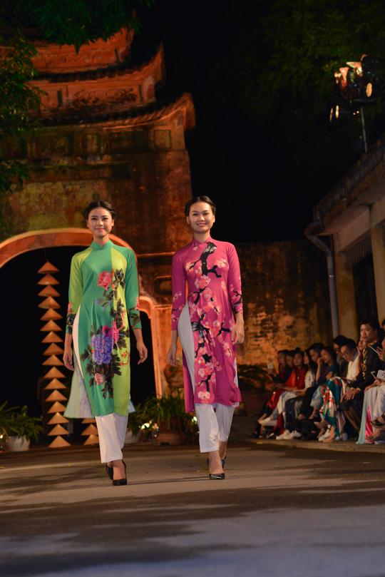 Les visiteurs peuvent découvrir l'histoire des ao dài, des collections d'anciennes tuniques, des matériaux et des métiers de tissage.