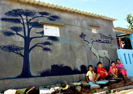 D'une concoction de 20 jours de travail réunissant des jeunes volontaires de la province Gyeongbuk de République de Corée, du club de peintres de Tam Ky, en collaboration avec des habitants locaux, plus de 100 maisons du village de pêcheurs de Tam Thanh ont été revêtues un nouveau visage.
