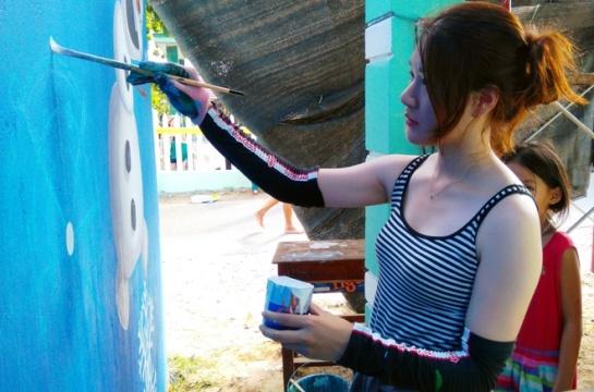 « Avant, je ne connais le Vietnam qu'à travers la télévision. Dès cette première fois ici, je suis très impressionnée par la beauté naturelle et l'homme vietnamien. Les habitants se montrent bien sympathiques et accueillants » confie Oh Ye Seul, une jeune peintre de Corée.