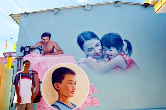 Devant sa maison, le propriétaire en pleine émotion face à une peinture illustrant tous les membres de sa famille : un tailleur à côté de sa femme et ses deux enfants.