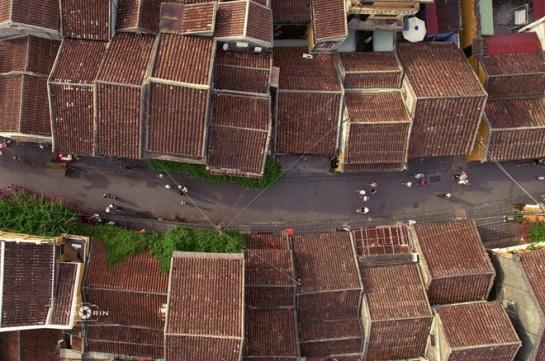 Les maisons à Hoi An datant depuis du 17eme au 19eme siècle, adoptent pour la plupart l'architecture traditionnelle avec deux ou trois niveaux, caractérisées par des toitures de tuiles.