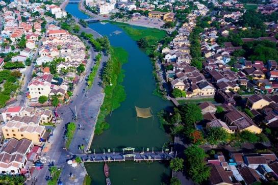 En passant le pont An Hoi, le quartier Nguyen Phuc Chu étant plus large par rapport à celui de Bach Dang, s'avère bien aéré avec de grandes cours où se déroulent normalement des activités festives, expositions et jeux traditionnels