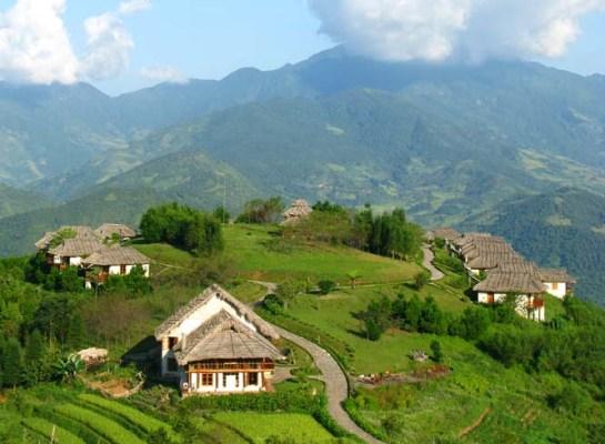 À seulement 18 km du district Sa pa, à 18 km de Ham Rong, et à 30 km de Thac bac, Topas Ecolodge se distingue par 25 maisons sur pilotis construites en granit blanc avec des toitures en palme, dans le respect de l'architecture locale.
