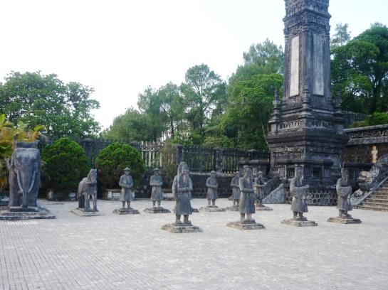 tombeau khai dinh statues